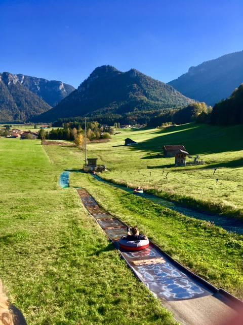 Sommerrodelbahn der Kessel-Alm mit Bergblick
