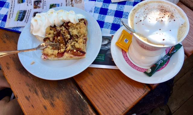 hausgemachter Kuchen mit einem Cappuccino